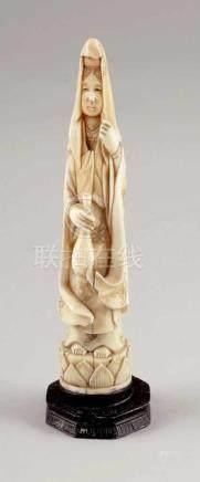 GuanyinJapan, 19. Jahrhundert. Elfenbein. H. 18,5 cm (mit Holzsockel). - Zustand: Besch.