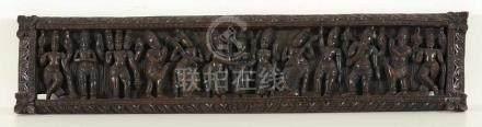 SchnitzreliefIndien. Holz, schwarz gebeizt. Geschnitzt. 20 x 93 cm. Tänzerin und