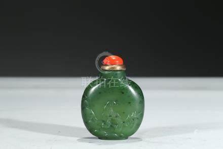 A GREEN JADE SNUFF BOTTLE