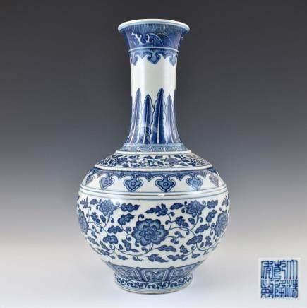 QIANLONG BLUE & WHITE WRAPPED FLORAL REWARD VASE