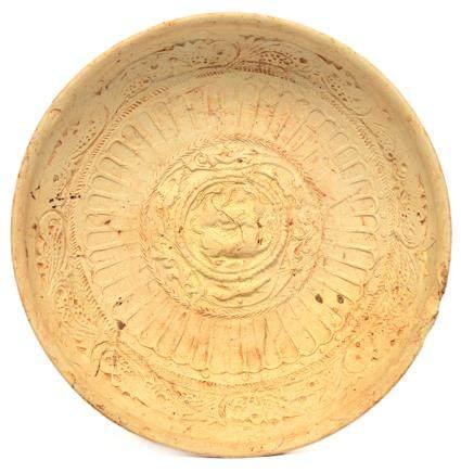 北周 素胎印獅子花卉紋碗