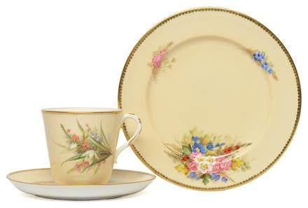 英國 ROYAL WORCESTER 骨瓷彩釉花卉杯碟一套三件