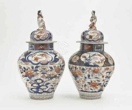 Ein Paar Deckelvasen China, Qing Porzellan. Balusterform mit Haubendeckel und figürlicher Bekrönung.