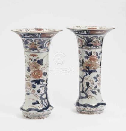 Ein Paar Flötenvasen China, Qing Porzellan. Floraler Imari-Dekor mit Eisenrot und Gold. Min. best.