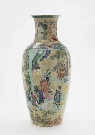 Vase China, 19./20. Jh. Porzellan. Balusterform. Bunter Schmelzfarbendekor: Figuren in