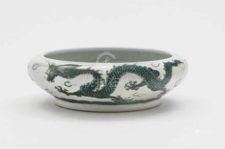 Flache Schale China, 19./20. Jh. Porzellan. Auf der Wandung umlaufend grüner Drachendekor. Rote