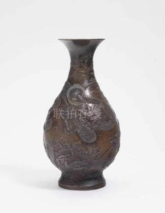 Vase China, 19./20. Jh. Bronze, braun patiniert. Balusterform. Reliefierter Drachendekor.