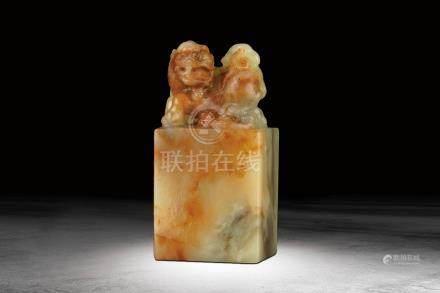 清 壽山紅花芙蓉石雕瑞獸鈕方章
