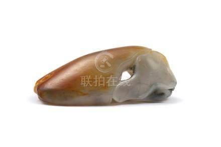 Seerose unter einem grossen BlattChina, 19./20. Jh. Marmorierte, seladonfarbene Jade, geschnitzt,