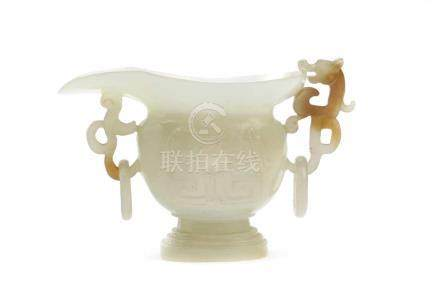 Kleines SchnabelgefässChina, 19./20. Jh. Seladonfarbene Jade, H 5,0, B 8,2 cm. Dünnwandiges, fein