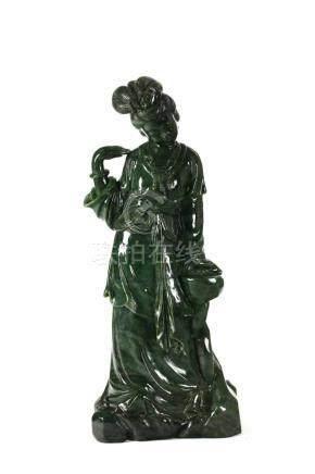 Chinesische JadefigurChina, 20. Jh., Spinat-Jade, Höhe 60 cm, 24,3 kg. Provenienz: -