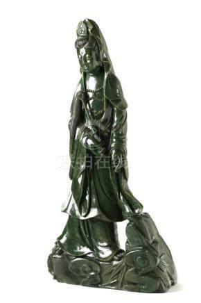 Chinesische JadefigurChina, 20. Jh., Spinat-Jade, Höhe 77 cm, 41,8 kg. Provenienz: -