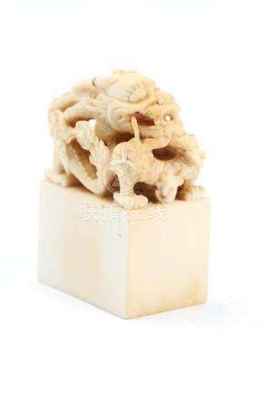 DrachenkopfChina, Elfenbein, H 4,2 cm. Feine, durchbrochen gearbeitete Schnitzerei. Provenienz: -