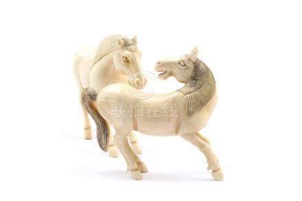 Zwei spielende PferdeChina um 1920, H 8,5 cm. Sehr schöne miteinander spielende Pferdchen aus