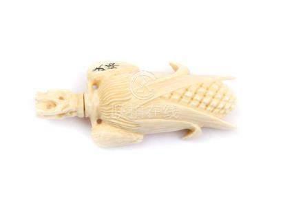 Snuffbottle aus ElfenbeinChina, signiert, L 8,0 cm. Maiskolben. Provenienz: - Schweizer