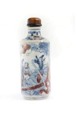 Snuffbottle aus PorzellanChina 18. Jh., signiert , H 8,5 cm. Umlaufender Dekor einer figürlichen