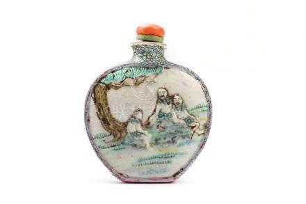 Snuffbottle aus PorzellanChina 18. Jh., Qianlong, eisenrote Siegelmarke , H 6,3 cm. Bemalt in den