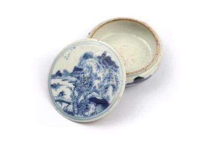 Tintendose rundChina, 19.Jh. Porzellan, D 6,5, H 2,5 cm. Runde Tintendose fein weiss blau bemalt.