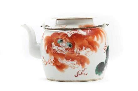 Teekrug mit LöweChina, signiert, Porzellan, H 11 cm. Filigraner Teekrug mit Henkel aus Bronze,