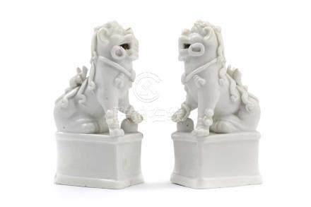 Paar blanc de Chine-Löwen mit RäucherstäbchenhalterChina, Porzellan, H 13,5 cm. Auf einem