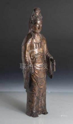 Guanyin, China, 19. Jahrhundert, Bronze, stehende Darstellung in langem Gewand, in derlinken Hand