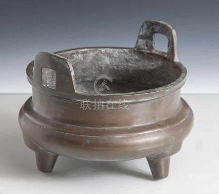 Weihrauchbrenner, Bronze, in Ding-Form, China, 18./19. Jahrhundert, mit zwei seitlichenHandhaben.