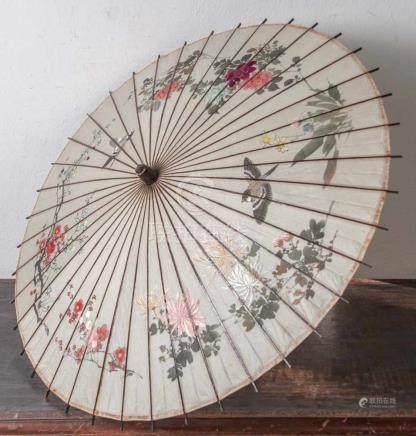 Sonnenschirm, China, um 1900, Bambusgestell, Seide auf Papier, mit feiner Malerei vonBlütenzweigen