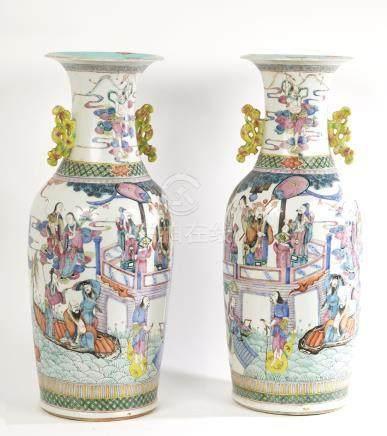 CHINE Paire de vases à anses et col étranglé en porcelaine p