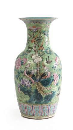 CHINE Vase à col étranglé en porcelaine à fond vert à décor