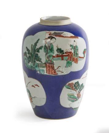 CHINE Pot-vase en porcelaine polychrome à fond bleu poudré e