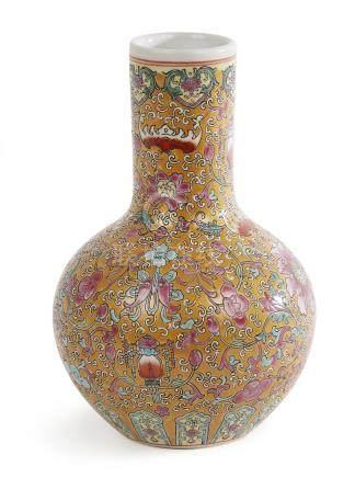 CHINE Petit vase pansu à col rouleau en porcelaine polychrom
