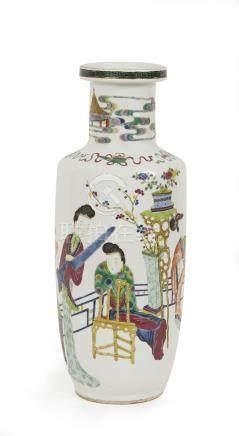 CHINE Vase rouleau à col étranglé en porcelaine polychrome à