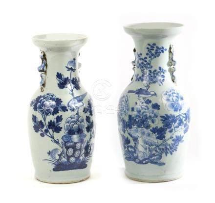 CHINE Deux vases à col étranglé en porcelaine à fond gris et