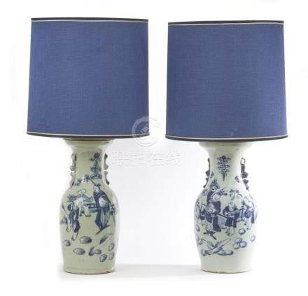 CHINE Deux vases montés en lampe en porcelaine à fond gris e