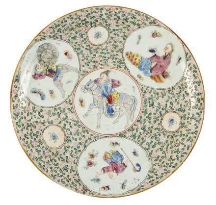 BAYEUX Plat en porcelaine polychrome à fond de fleurs décoré