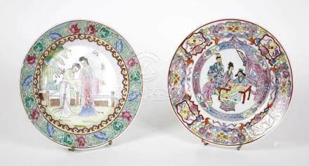 CHINE Deux assiettes en porcelaine polychrome à décor de per
