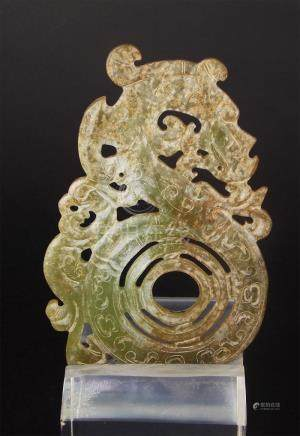 """COLGANTE. En jade tallado y calado """"dragón"""". Medidas: alto 1"""