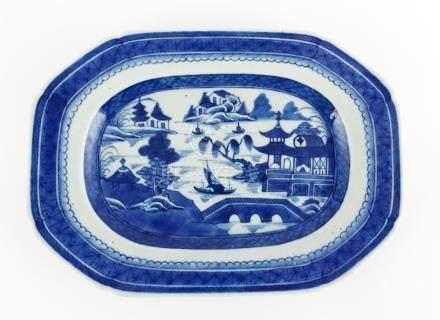 PAR DE PLATOS CHINOS. Rectangulares, en porcelana azul y bla
