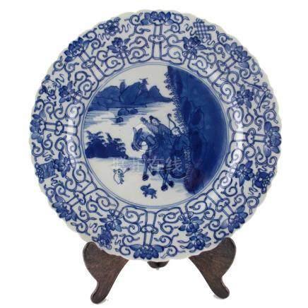 """PLATO CHINO En porcelana azul y blanca decorada """"personajes"""