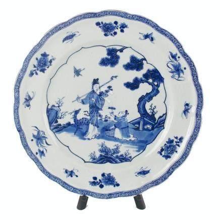 """PLATO CHINO. En porcelana azul y blanca decorada """"damas, cie"""