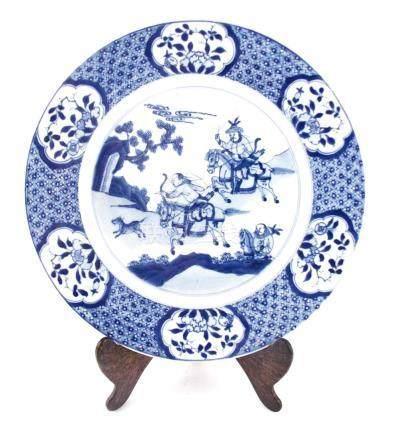 """PLATO CHINO. En porcelana azul y blanca decorada """"escena de"""