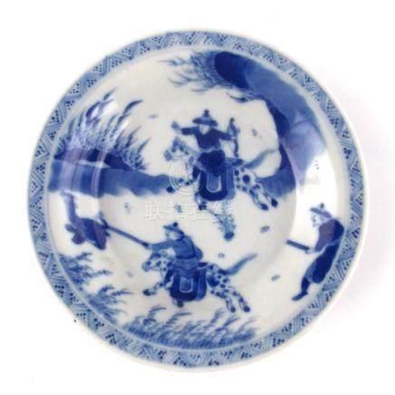 PAR DE PLATITOS CHINOS. En porcelana azul y blanca decorada