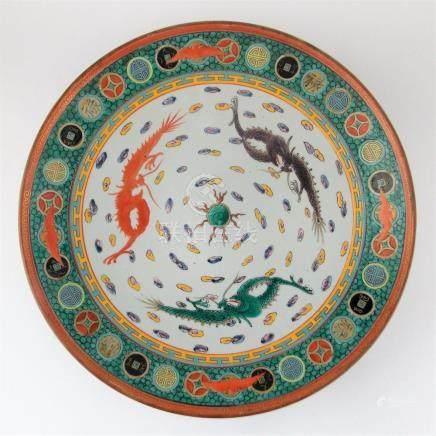 """PLATO CHINO. En porcelana decorada """"dragones, murciélagos, n"""