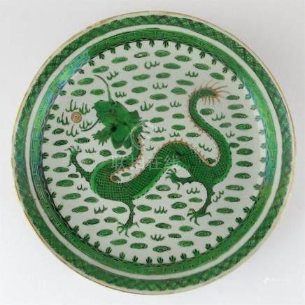 """PLATO CHINO. En porcelana decorada """"dragón y nubes"""", con det"""