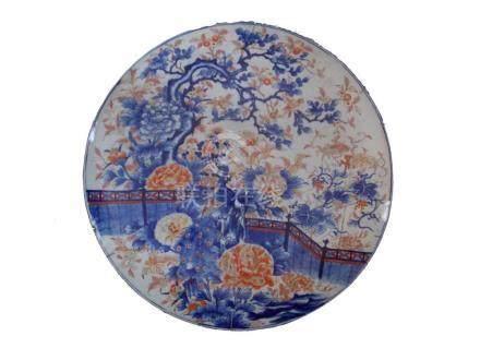 """GRAN PLATO IMARI. En porcelana decorada """"aves, árbol y flore"""