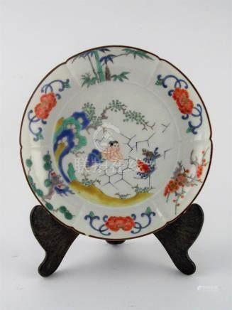 """PLATO JAPONÉS. En porcelana decorada """"escena mitológica con"""