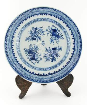 """PLATO CHINO. En porcelana azul y blanca decorada """"flores"""". P"""