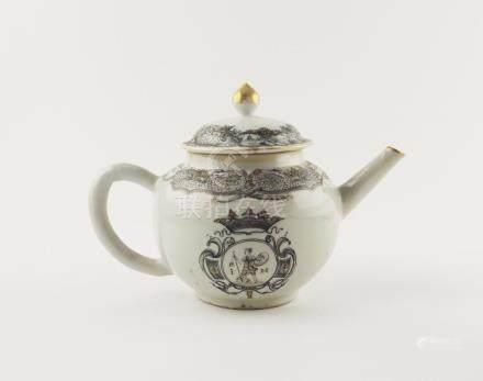 """TETERA CHINA. En porcelana decorada a mano """"guardas y blasón"""