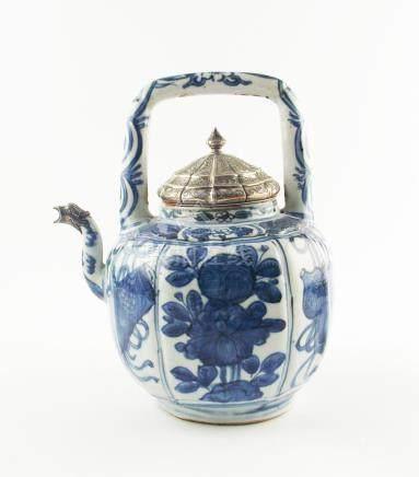 """TETERA CHINA. En porcelana azul y blanca decorada """"flores y"""