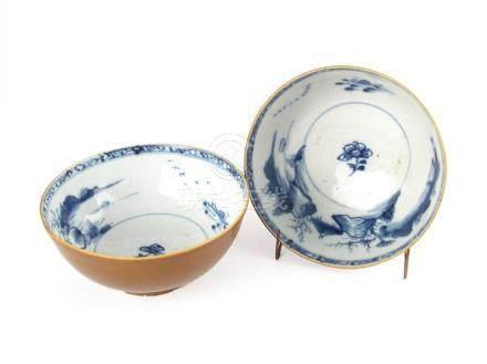PAR DE BOWLS CHINOS TIPO BATAVIA. SIGLO XVIII. En porcelana